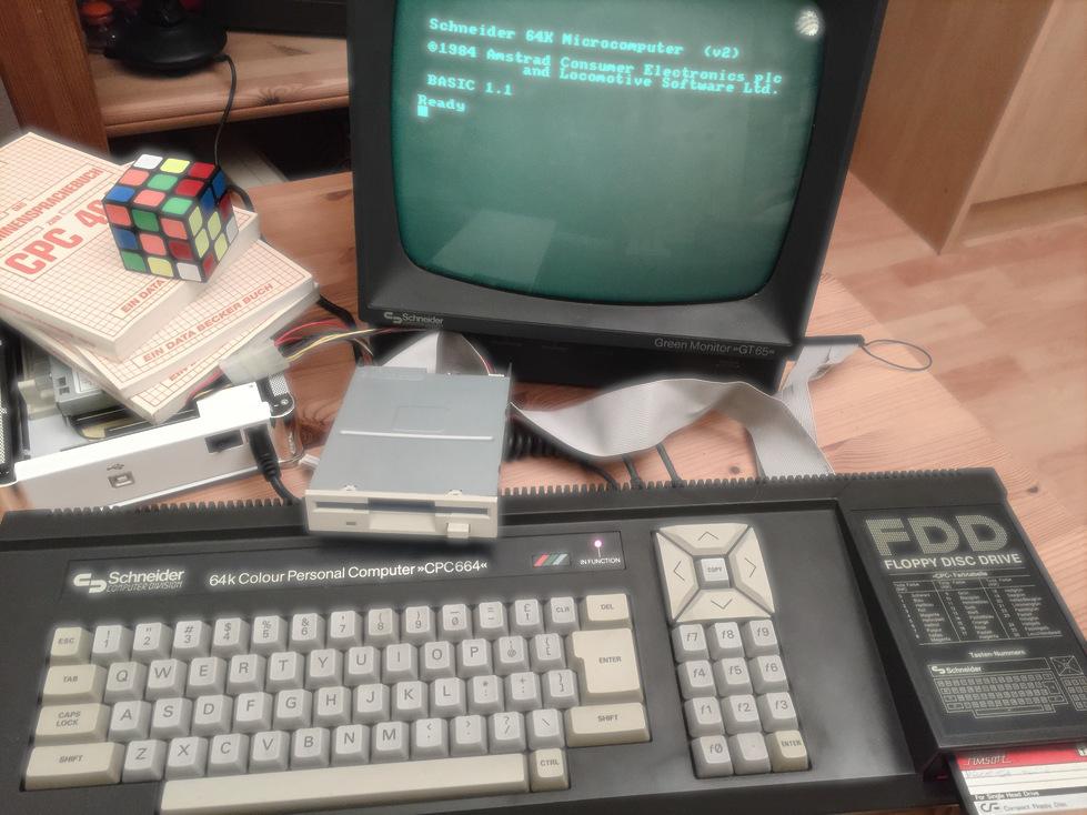 SchneiderCPC664_mitPC-Floppy_kleiner_leuchtend